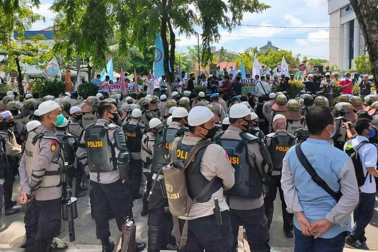 Petugas kepolisian melakukan penjagaan di depan Gedung DPRD Kalsel saat unjuk rasa buruh menolak Omnibus Law UU Cipta Kerja, Kamis (22/10/2020).