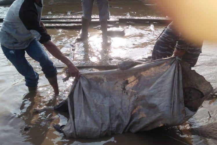 Mayat tanpa identitas yang ditemukan tewas di pinggir sungai Desa Sebalik, Kecamatan Tanjung Lagi, Kabupaten Bayuasin, Sumatera Selatan, Senin (15/10/2018).