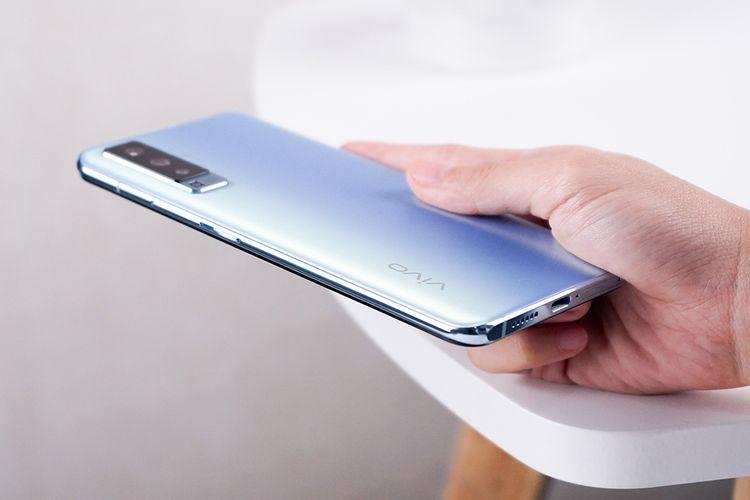 Bagian punggung Vivo X50 berlapis kaca dengan finishing frosted glass
