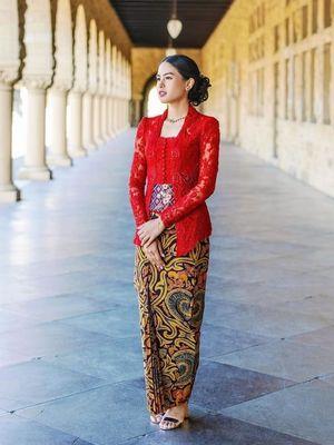 Artis peran dan penyanyi Maudy Ayunda telah lulus dari Stanford University, Stanford, California, AS. Maudy mengenakan kebaya kutubaru warna merah dengan kain pisan bali dari Jawa Tengah