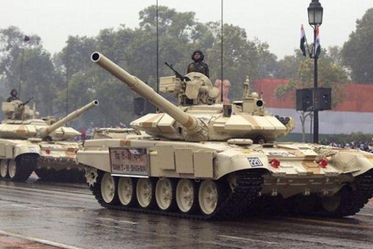 Tank T-72 milik AD India dalam sebuah parade militer. Saat ini terdapat setidaknya 100 unit tank buatan Rusia ini di kawasan pegunungan Ladakh yang berbatasan dengan China.