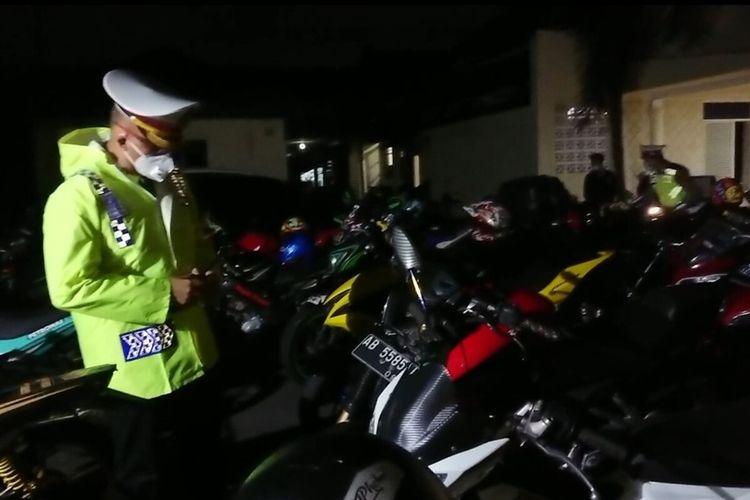 Sepeda motor menggunakan knalpot bising diamankan polisi di Mako Satlantas Polresta Solo, Sabtu (13/3/2021).