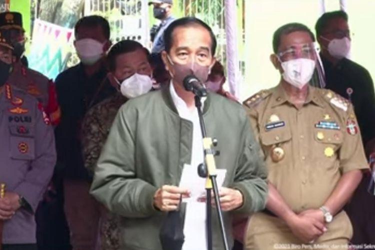 Presiden Joko Widodo memberikan keterangan pers saat meninjau vaksinasi Covid-19 untuk pelajar dan santri di SMA Negeri 3 Wajo, Sulawesi Selatan, Kamis (9/9/2021).