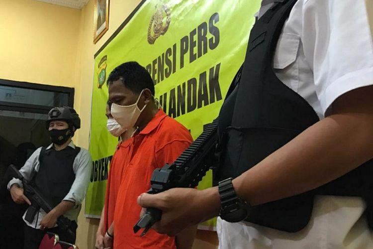 IN alias Udin (48) ditangkap anggota Polsek Cilandak, Jakarta atas kasus penipuan dan pencurian motor.