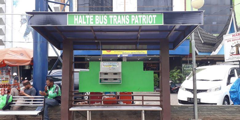 Halte Bus Transpatriot, jalan Jenderal Ahmad Yani, Kota Bekasi, Senin (26/11/2018).