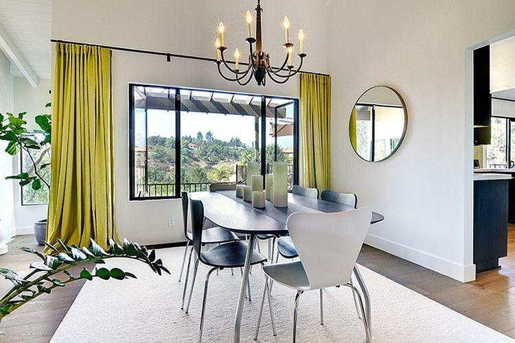 Permainan warna pada elemen ruangan yaitu gorden jendela
