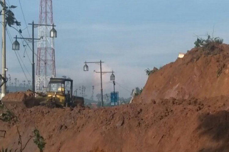 Dua alat berat yang diturunkan Dinas PUPR Jabar untuk menyingkirkan material longsor yang menutupi jalan utama Cianjur selatan tepatnya di Kecamatan Sukanagara. Hingga Jumat sore (10/4/2020) jalur tersebut belum dapat dilalui.