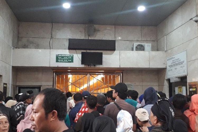 Antrean masuk area tugu Monas Jakarta Pusat tersendat akibat kepadatan pengunjung pada libur Natal pada Selasa (25/12/2018)