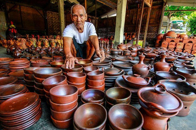 Pengrajin gerabah di Desa Kasongan, Bantul, Yogyakarta.