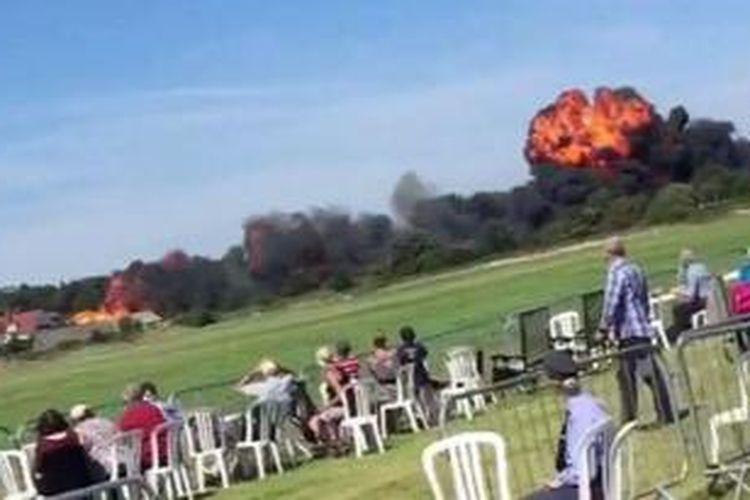 Sebuah bola api besar terlihat ketika sebuah pesawat jet buatan 1950-an Hunter Hawker jauh ke jalan raya saat beraksi di sebuah pameran dirgantara di Inggris, Sabtu (22/8/2015), menewaskan tujuh orang.