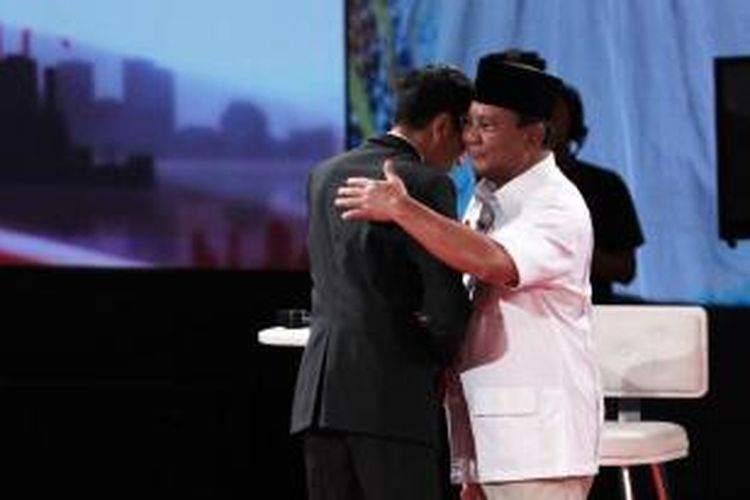 Calon Presiden Joko Widodo dan Prabowo Subianto bersalaman sebelum memulai debat di Hotel Gran Melia, Jakarta, Minggu (15/6/2014).