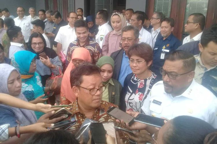 Ketua Komisi VII Sugeng Suparwoto saat diwawancarai wartawan di kediaman Gubernur Maluku, di Ambon, Rabu (18/12/2019)