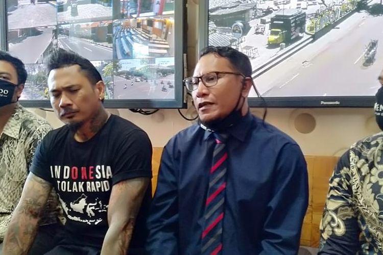 I Gede Ari Astina atau Jerinx SID memenuhi panggilan Polda Bali didampingi kuasa hukumnya terkait laporan ujaran kebencian dan pencemaran nama baik, Kamis (6/8/2020).