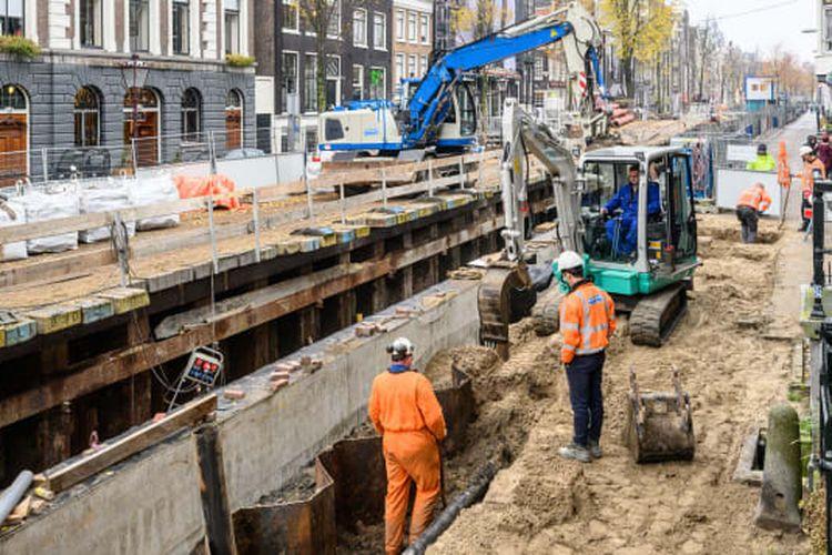 Amsterdam menghadapi beberapa tantangan dalam hal infrastruktur.