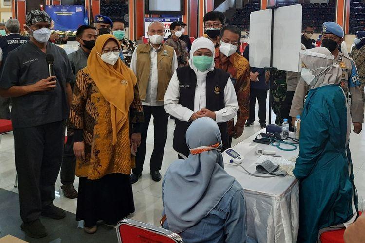 Gubernur Jawa Timur Khofifah Indar Parawansa saat meninjau vaksinasi di Universitas Brawijaya, Kota Malang, Jumat (6/8/2021).