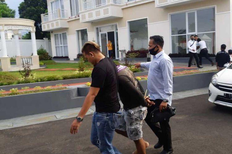 Tim khusus Satnarkoba Polres Tasikmalaya Kota menangkap sepasang suami istri sebagai pengedar narkoba jenis sabu di sebuah kamar hotel mewah wilayah Kota Tasikmalaya, Senin (8/6/2020).