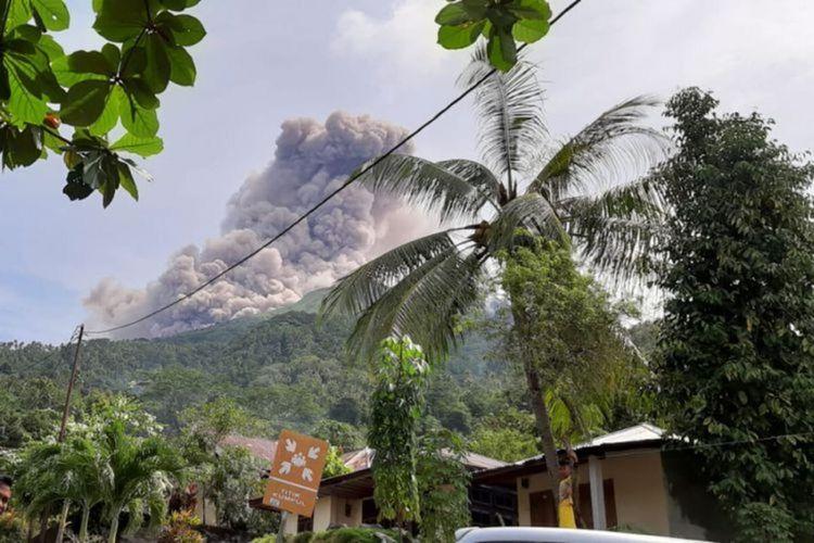 Gunung Karangetang di Kepulauan Siau Tagulandang Biaro (Sitaro), Sulawesi Utara, menyemburkan abu vulkanik pada Kamis (20/12/2018).