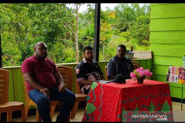 Ketua Pansus Papua DPD RI, Filep Wamafma (tengah) saat bertatap muka dengan masyarakat adat di Kampung Sembab, Distrik Masni Kabupaten Manokwari, Papua Barat pada Kamis (12/3/2020).