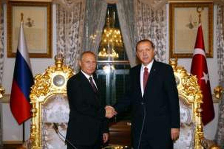 Presiden Vladimir Putin dan Presiden Recep Tayyip Erdogan usai mengadalan pembicaraan di Istanbul, Senin (10/10/2016).