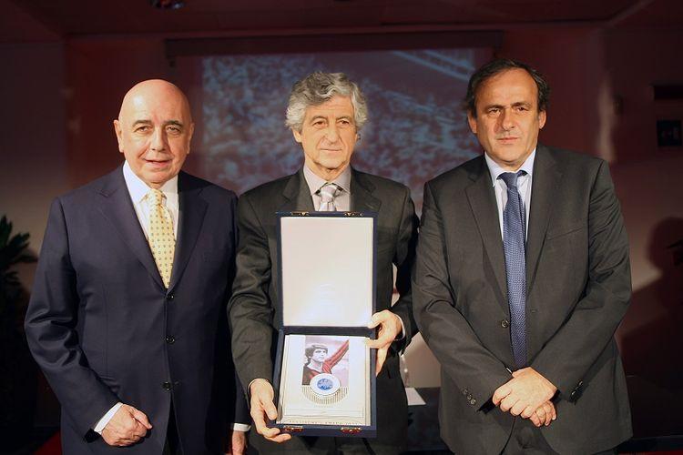 Dalam foto yang dirilis pada 12 Maret 2012 oleh kantor pers AC Milan menunjukkan wakil presiden AC Milan Adriano Galliani (kiri), mantan pemain sepak bola Gianni Rivera (tengah) menghadiri Penghargaan Presiden UEFA di Stadion Giuseppe Meazza di Milan.