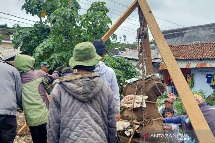 Proses pengangkatan arca Ganesha terbesar di kawasan Dieng, Wonosobo, Jawa Tengah, Selasa (7/1/2020)