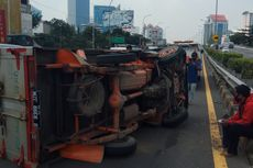 Ban Pecah, Mobil Boks Terguling di Tol Dalam Kota Kawasan Grogol