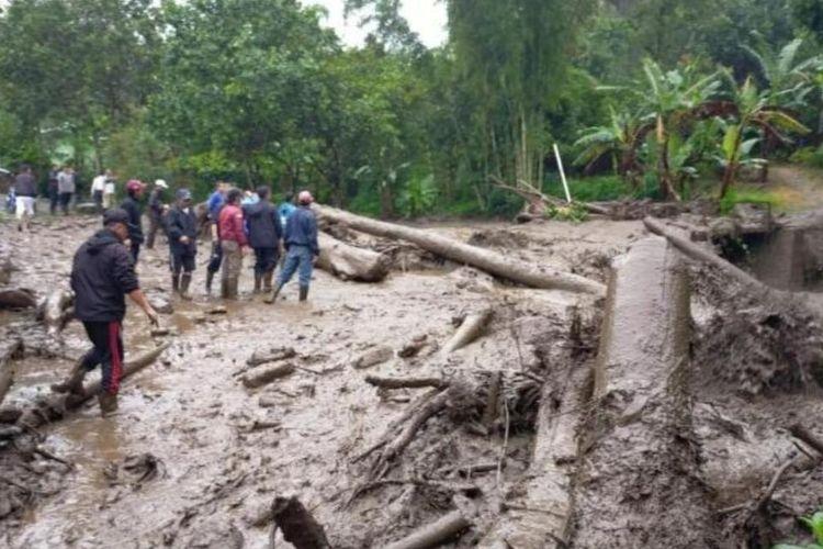 Sejumlah warga di Puncak Bogor Jawa Barat terdampak banjir bandang pada Selasa (19/1/2021).