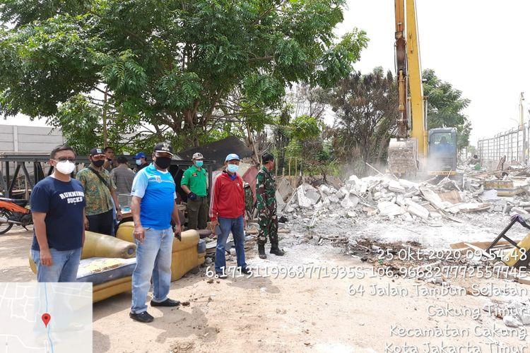 Proses pengerukan di bantaran kali Rawa Rengas, Jakarta Timur.