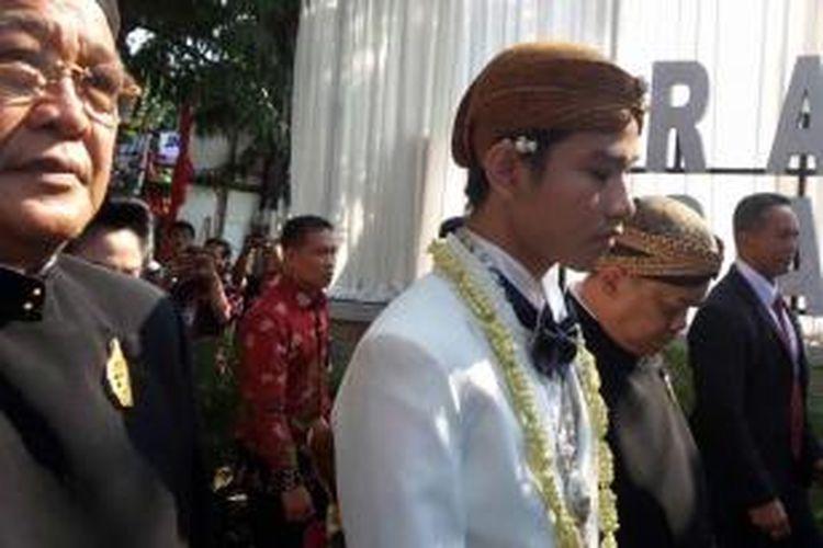 Putra sulung Presiden Joko Widodo, Gibran Rakabuming Raka, berjalan kaki menuju gedung Graha Saba Buwana untuk proses ijab qabul, Kamis (11/6/2015).