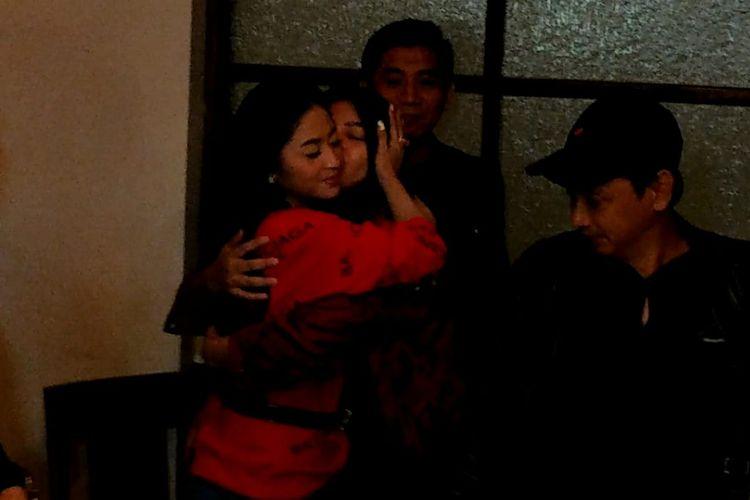 Dewi Perssik dan Rossa Meldianti berpelukan saat ditemui di kawasan Wijaya, Jakarta Selatan, Selasa (16/7/2019).