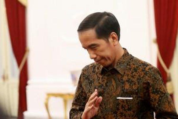 Presiden Joko Widodo usai mengungkapkan kemarahannya saat menjawab pertanyaan wartawan terkait pencatutan nama Presiden dalam permintaan saham Freeport  di Istana Merdeka, Jakarta,  Senin (7/12/2015). Presiden menilai bahwa tindakan itu melanggar  kepatutan, kepantasan, moralitas dan wibawa negara.