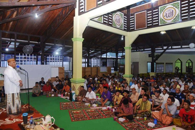 Rusli Habibie, Gubernur Gorontalo saat bertemu dengan warga binaan Lembaga Pemasyarakatan (Lapas) Kelas IIA Kota Gorontalo. Lapas ini sudah melebihi daya tampung warga binaan.