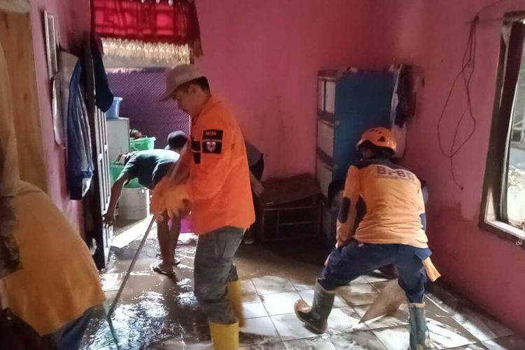 BPBD Pandeglang membersihkan material di rumah warga yang terdampak banjir bandang di Kabupaten Pandeglang, Selasa (14/9/2021)