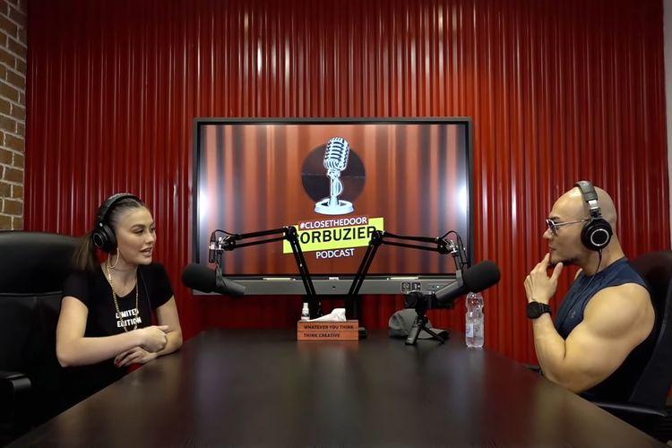 Agnez Mo saat menjadi bintang tamu di podcast Deddy Corbuzier