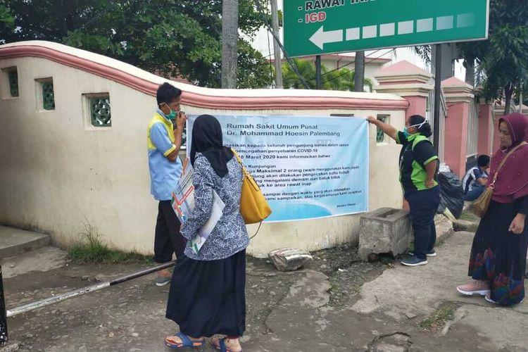 Pihak Rumah Sakit Muhammad Hoesin (RSMH) Palembang memasang spanduk pengumuman terkait peniadaan jam besuk untuk pasien untuk mengantisipasi penyebaran virus corona. Peniadaan jam besuk tersebut dilakukan sampai batas waktu yang belum ditentukan.