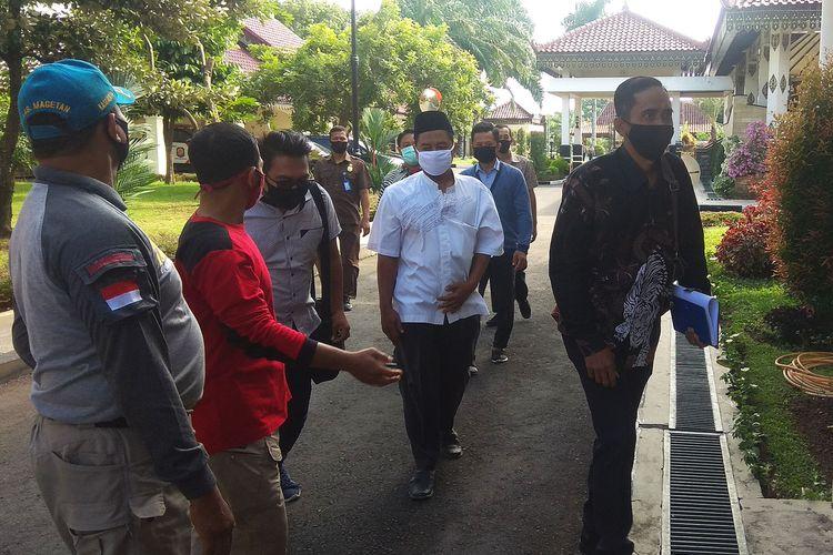 Masih ngantor usai tersandung kasus pencurian kotak amal, warga Desa Banjarejo temui Bupati  Magetan  minta sekertaris desa diberhentikan.