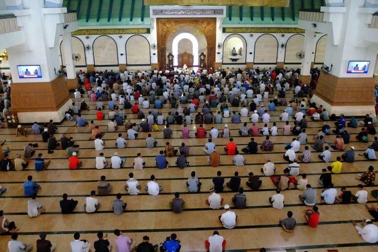 Jamaah di Masjid Agung Jawa Tengah saat pelaksanaan shalat Jumat, (20/3/2020).
