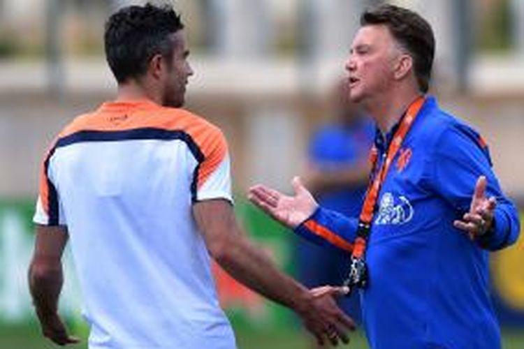 Penyerang Manchester United, Robin van Persie (kiri), berbicara dengan pelatih tim nasional Belanda, Louis van Gaal, dalam sesi latihan timnas Belanda, di Lagos, Portugal, 22 Mei 2014.