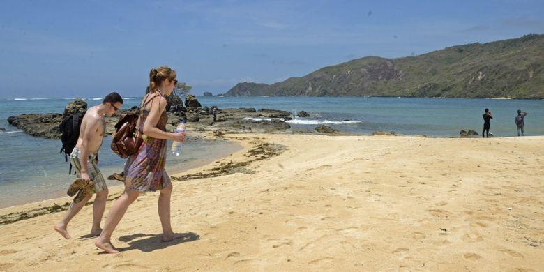 Sejumlah wisatawan mancanegara berada di Pantai Mandalika, Kuta, Praya, Lombok Tengah, NTB, Selasa (10/10). Pantai Mandalika yang berada dalam Kawasan Ekonomi Khusus Mandalika dan termasuk dalam 10 destinasi wisata prioritas nasional ini memiliki daya tarik berupa pantai sepanjang 14,6 km yang membentang dari barat hingga ujung timur Pantai Tanjung Aan dengan keunikan pasir putihnya menyerupai biji merica. ANTARA FOTO/Ahmad Subaidi/kye/17