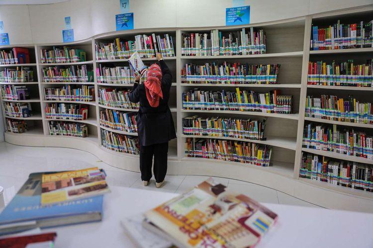 Pustakawan merapihkan tumpukan buku-buku di Perpustakaan Nasional di Jalan Medan Merdeka Selatan, Jakarta Pusat, Rabu (8/11/2017). Perpustakaan Nasional dengan total 24 lantai dan tiga ruang bawah tanah merupakan gedung perpustakaan tertinggi di dunia. KOMPAS.com/GARRY ANDREW LOTULUNG