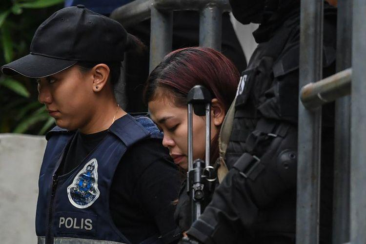 Foto arsip yang diambil pada tanggal 1 Maret 2017 ini menunjukkan warga negara Indonesia Siti Aisyah (25), dikawal  polisi setelah muncul di pengadilan dengan seorang warga Vietnam Doan Thi Huong (29), di Pengadilan di Sepang. Keduanya dituduh terlibat dalam pembunuhan Kim Jong Nam, saudara tiri pemimpin Korea Utara Kim Jong-Un.
