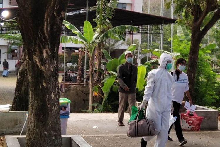 Salah seorang peserta isolasi terpusat di Kabupaten Kudus, Jawa Tengha, dipersiapkan untuk diberangkatkan ke Asrama Haji Donohudan, Kabupaten Boyolali, Jateng, dengan didampingi petugas medis dengan berpakaian APD.
