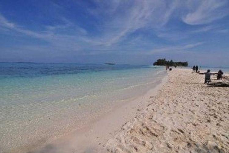 Wisatawan menikmati keindahan alam Pulau Dodola, Morotai, Maluku Utara, Jumat (14/9/2012). Pulau Dodola merupakan salah satu objek wisata di Morotai yang sedang dikembangkan oleh pemerintah daerah.