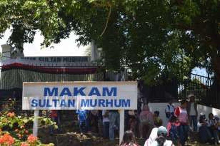 Makam Sultan Murhum berada di tempat perbukitan yang berada di dalam benteng Keraton Buton, di Sulawesi Tenggara. Makam ini selalu didatangi para peziarah atau wisatawan.