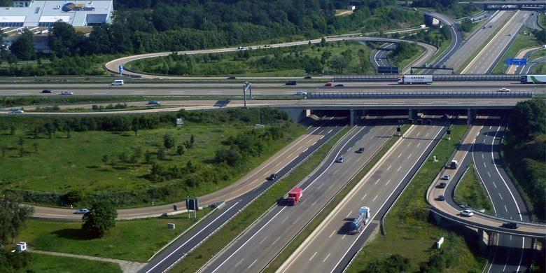 Jalur bebas hambatan gratis dan tanpa batas kecepatan Autobah di Jerman.