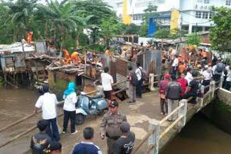 Empat rumah di Kelurahan Petogogan, Kebayoran Baru yang akan dibongkar karena terletak di bantaran Kali Krukut.