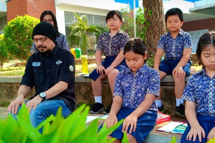 Andy saat hadir di tengah-tengah siswa Global Sevilla School Puri Indah, Jakarta (21/9/2019) mempraktekan langsung konsep mindfulness.