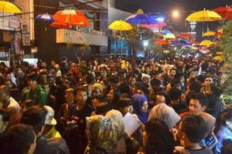 Sejumlah pengunjung memadati kawasan Jalan Braga, Bandung saat digelar kegiatan Braga Culinary Night (BCN), Sabtu (11/1/2014) malam. Kegiatan BCN ini menyajikan berbagai aneka makanan tradisional dan modern yang berlangsung mulai pukul 18.00 - 01.00 WIB dengan dimeriahkan 45 stan makanan.
