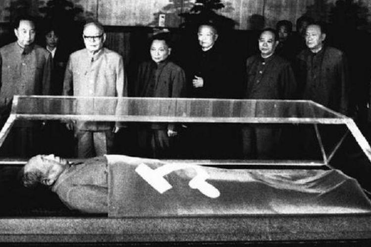 Tangan Mao Zedong bersimbah darah rakyat China. Salah satu program politiknya, Lompatan Jauh ke Depan yang dilancarkannya tahun 1958 buat menyontek model ekonomi Uni Soviet menewaskan hingga 45 juta orang. Seakan tidak kapok, hampir 10 tahun kemudian ia mendeklarasikan Revolusi Kebudayaan buat memberangus budaya borjuis. Hasilnya sekitar 30 juta orang meninggal dunia.
