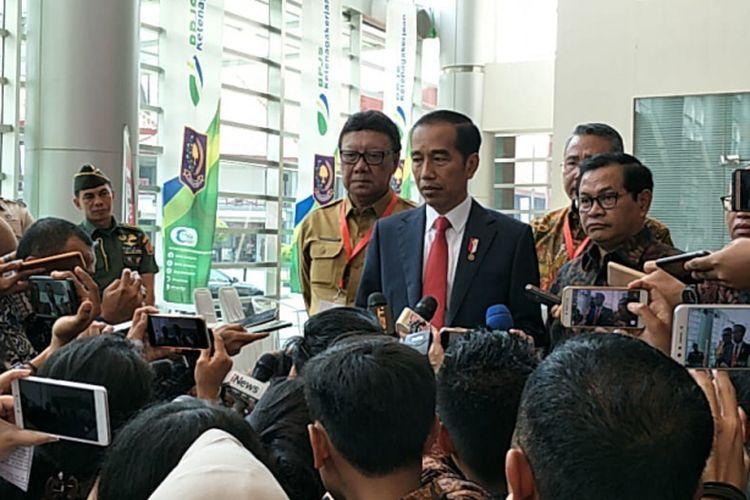 Presiden Jokowi usai menghadiri menghadiri Rapat Koordinasi Nasional (Rakornas) Program Pembinaan Penyelenggaraan Pemerintahan Desa Pusat dan Daerah Tahun 2018, di Jakarta Internasional Expo, Kemayoran, Jakarta, Senin (14/5/2018) pagi.